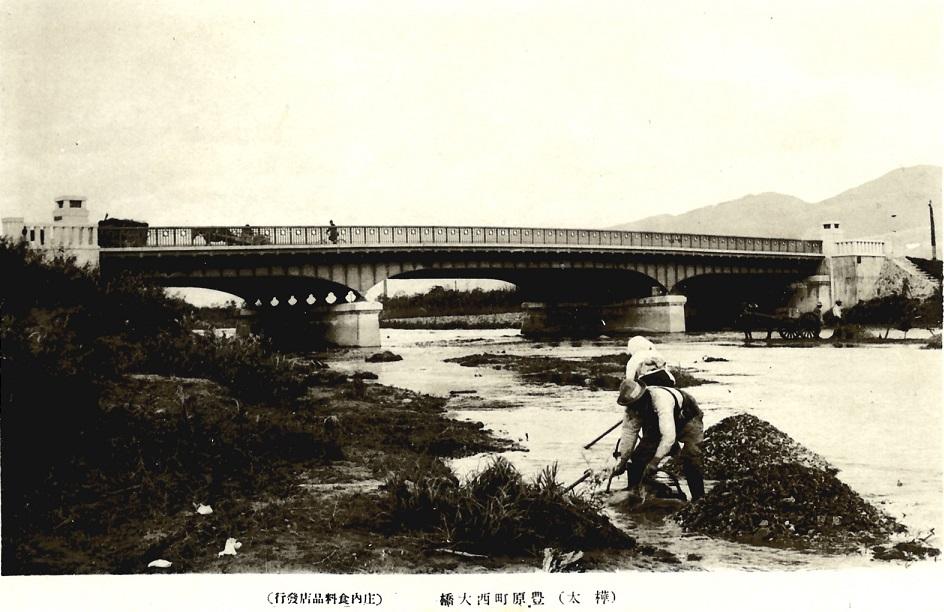 Мост Nishiohashi. Заготавливают речной гравий для бетона. Для приготовления бетона японцы используют только мытые гравий и песок