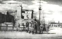 Военные обходят здания бумажного завода в г. Сикука. Сентябрь.