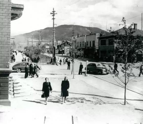 Перекресток Ленина и Компроспекта. Вид с угла главпочтампа, слева на фото виден участок стены японского здания почтампа.