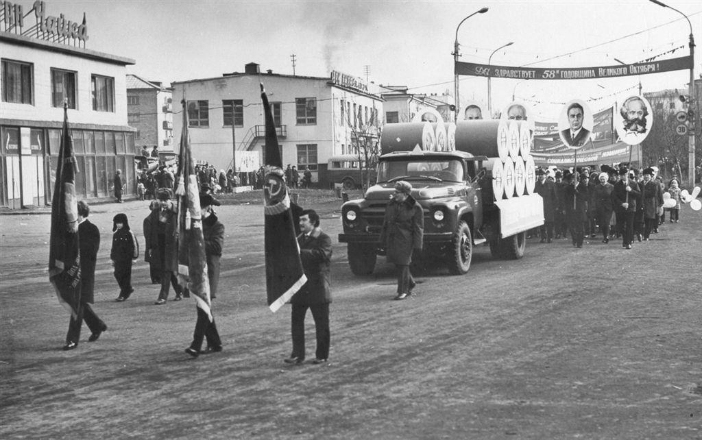 Коллектив ЦБЗ на демонстрации в честь 58-й годовщины Октября.