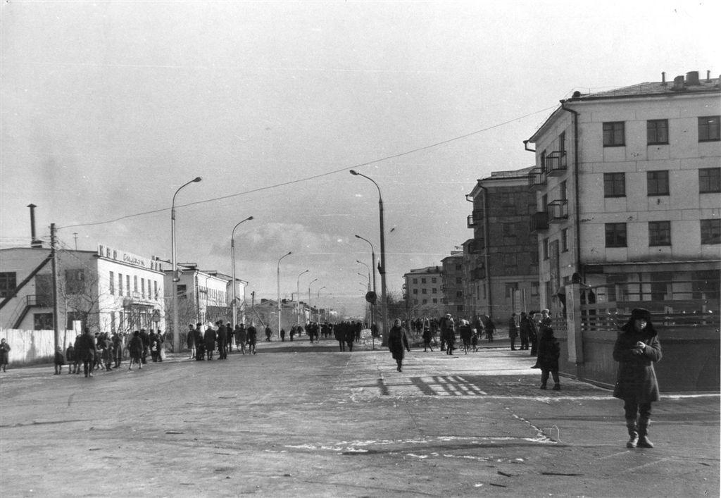 Улица Победы от центральной площади города Углегорск.