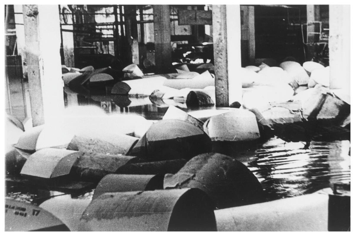 В одном из цехов Углегорского ЦБЗ после тайфуна 'Филлис'.