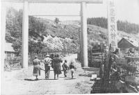 Тории Эсутору дзиндзя, вдали еще видны первые тории храма.