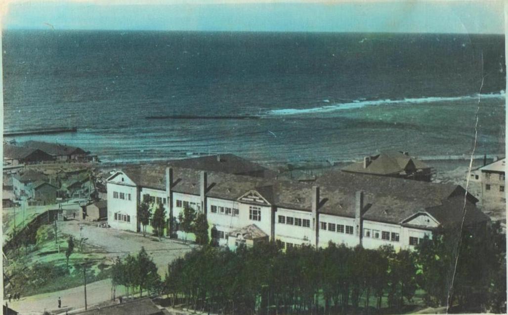 Здание мореходного училища в г. Холмске.