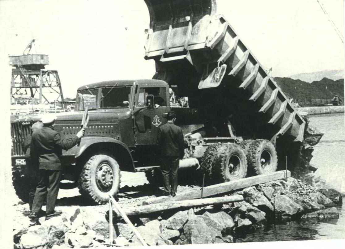Грицута В.А. и Пустовчар В.Ф. на закладке первого камня  паромной переправы Ванино-Холмск