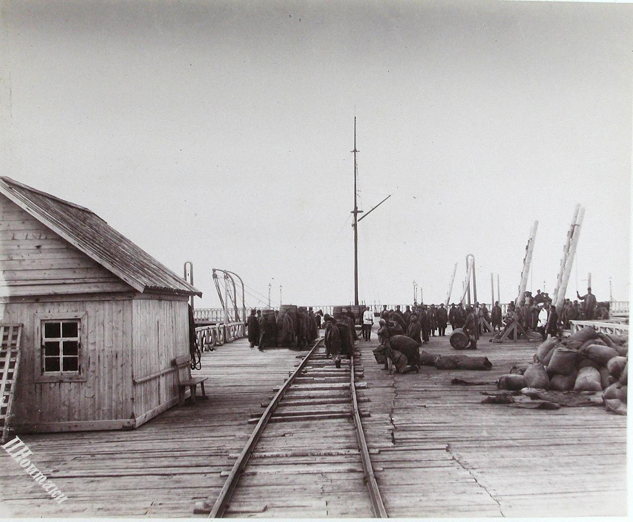 Разгрузочные работы на морской пристани поста Александровска