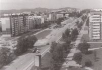 Бывшая улица Предгорная, переименованная в мае 1965 г. в проспект Мира. По левую сторону застроенный 11 мкр, по правую сторону 9 мкр.