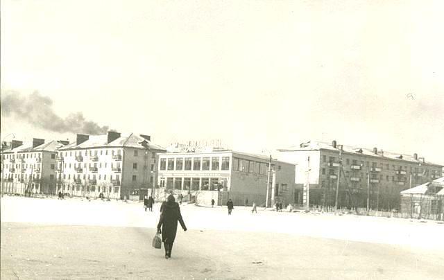 Центральная площадь, в центре универмаг 'Восход'. г. Поронайск