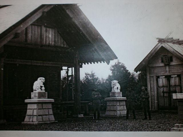 Советские военные у храма Сиритору дзинзя.