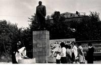 Молодожены у памятника В.И.Ленину в г. Долинск