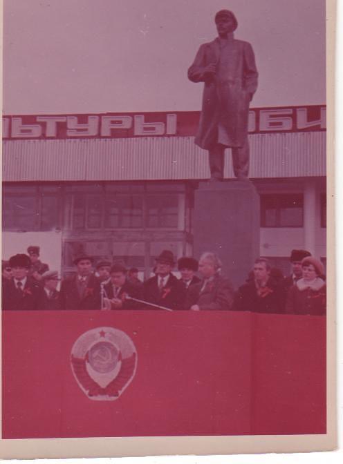 Первые речи под памятником В.И.Ленину
