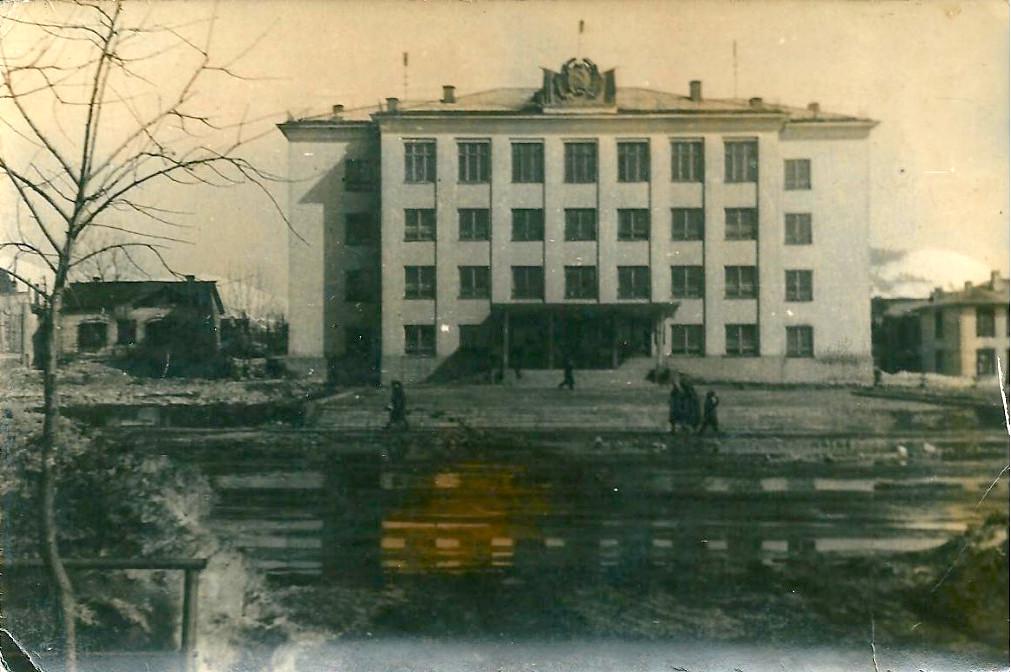 Администрация и центральная площадь Южно-Сахалинска весной.