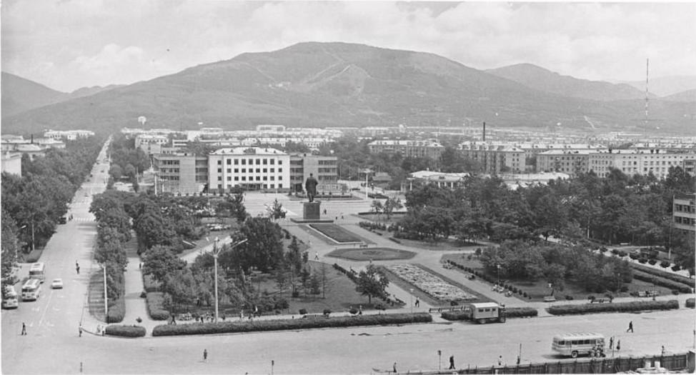 Привокзальная площадь и сквер за площадью Ленина.
