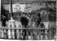 Первое мая на комсомольской площади, на заднем плане виднее кинотеатр 'Прибой'.