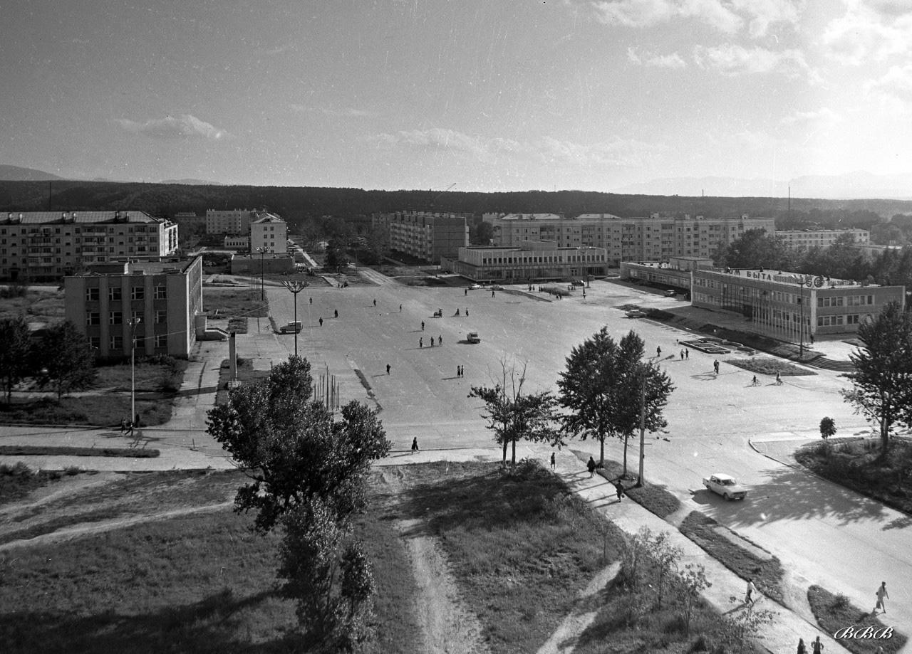Центральная площадь, слева Администрация, справа Дом Быта.