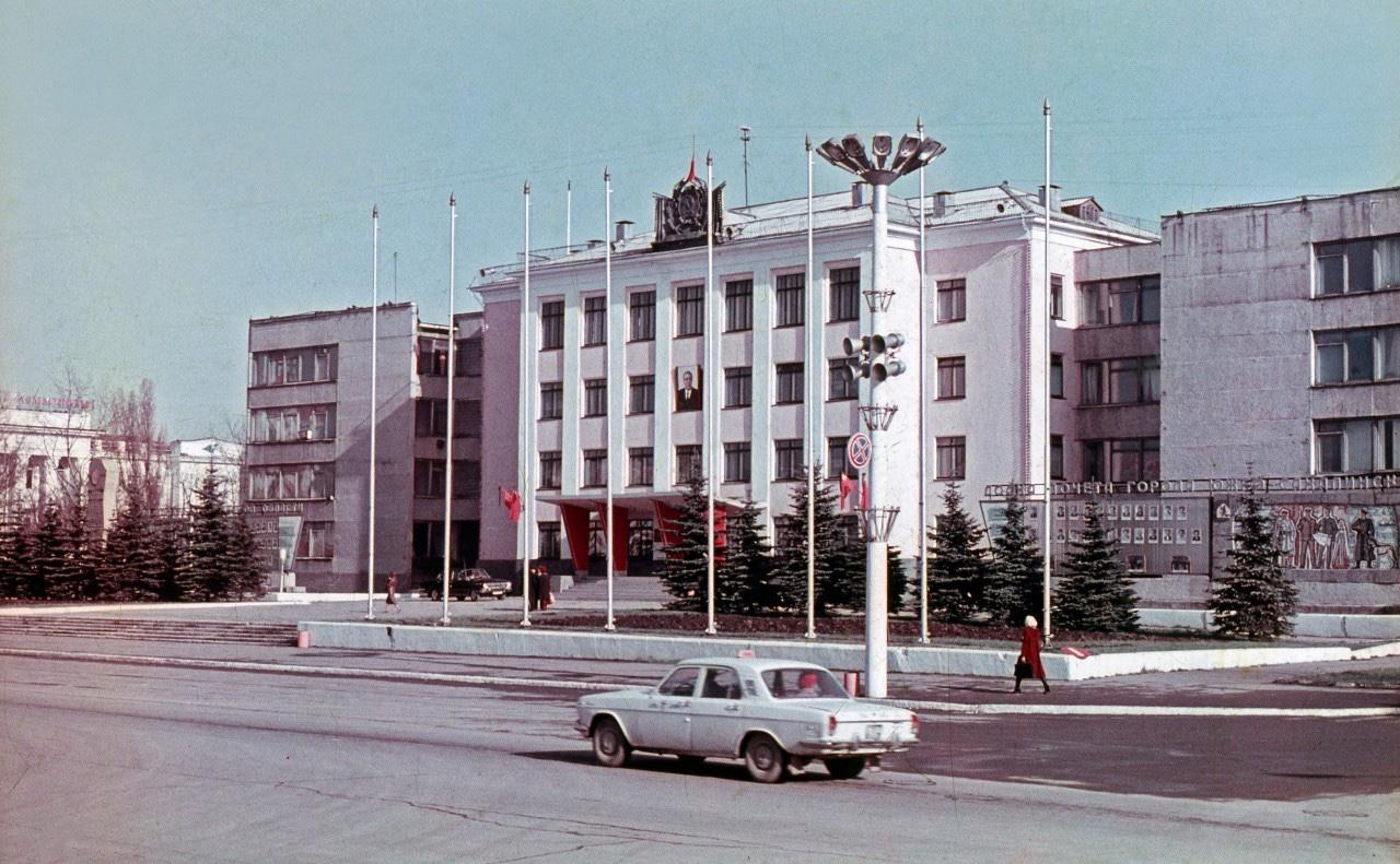 Вид на здание Горисполком г. Южно-Сахалинск
