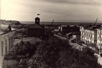 Вид на ул. Советскую. В углу слева здание Горкома партии, ниже - Милиция (с флагом).