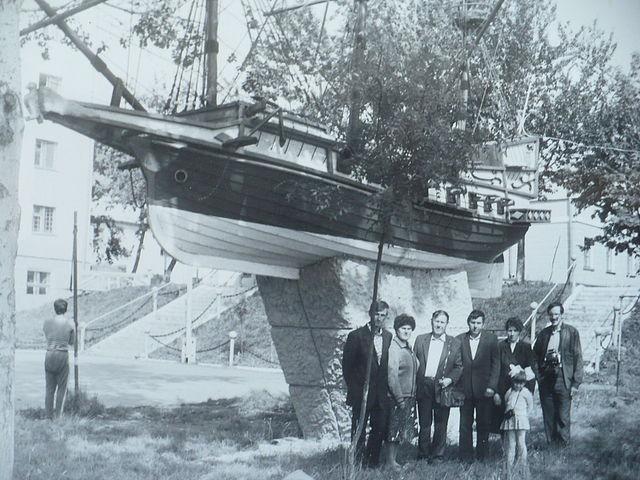 Парусник на территории Корсаковской мореходной школы.