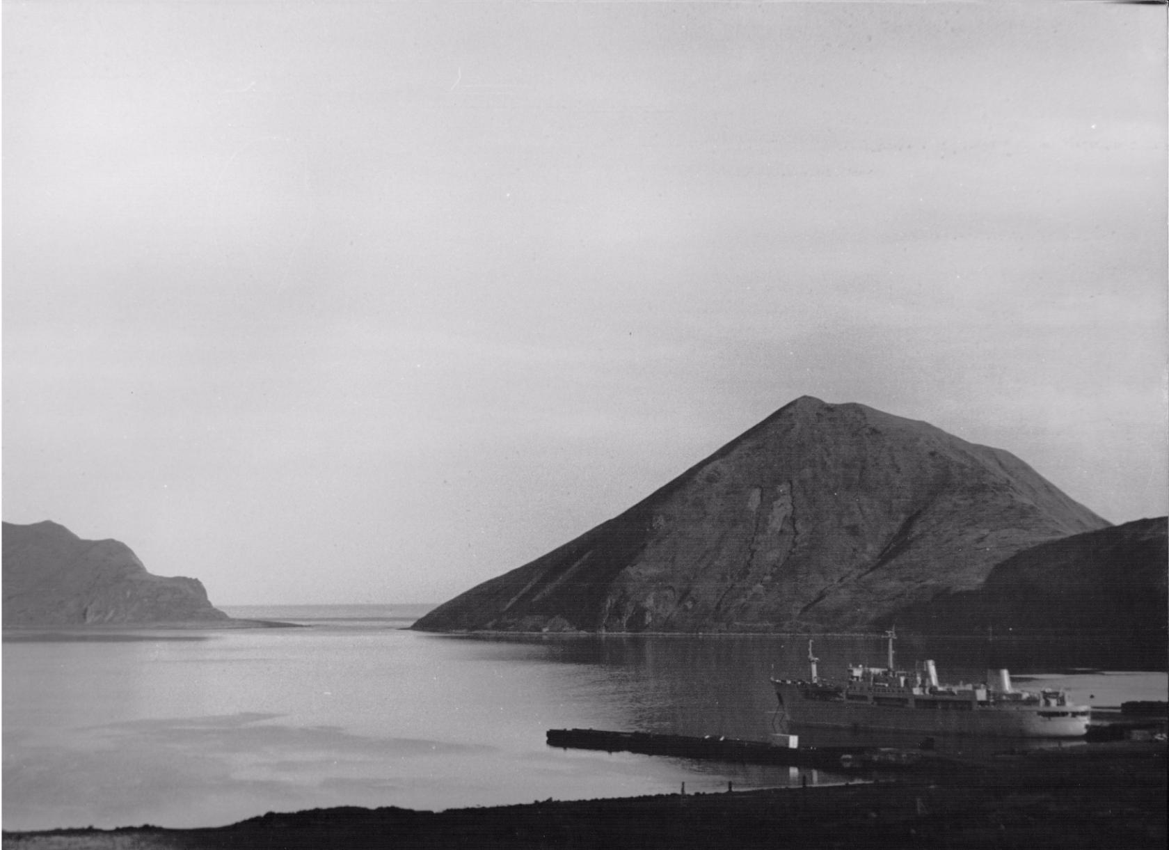 Порт п. Кратерный и вход в бухту Броутона на острове Симушир.