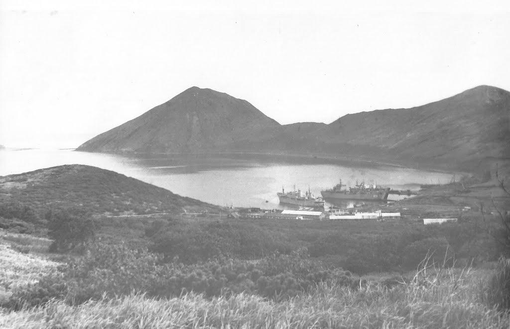 Вид на бухта Броутона и поселок Кратерный. Остров Симушир