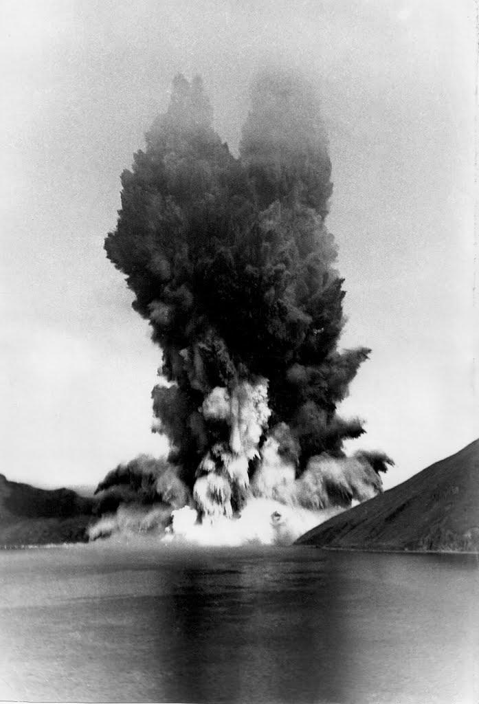 Взрывные работы по раширению входа в бухту Броутона на острове Симушир.