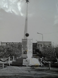 Памятник воинам освободителям, на заднем плане районный дом культуры г. Северо-Курильска