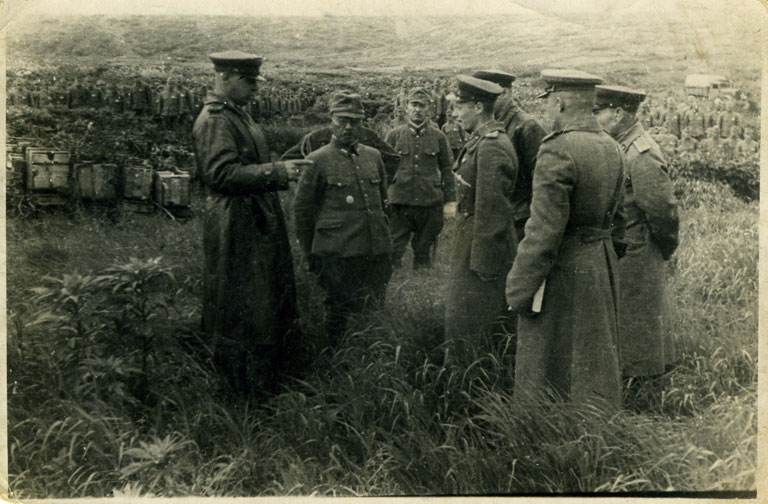 Церемония сдачи в плен военнослужащих 41-го отдельного пехотного полка, входившего в гарнизон острова Матуа. Японский офицер — командир полка, полковник Уэда