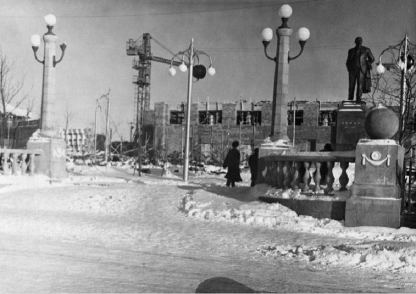 Строительство Дворца культуры в Охе. Строительство Дворца культуры велось в течение семи лет и завершилось к дате - 7 ноября 1965 года.