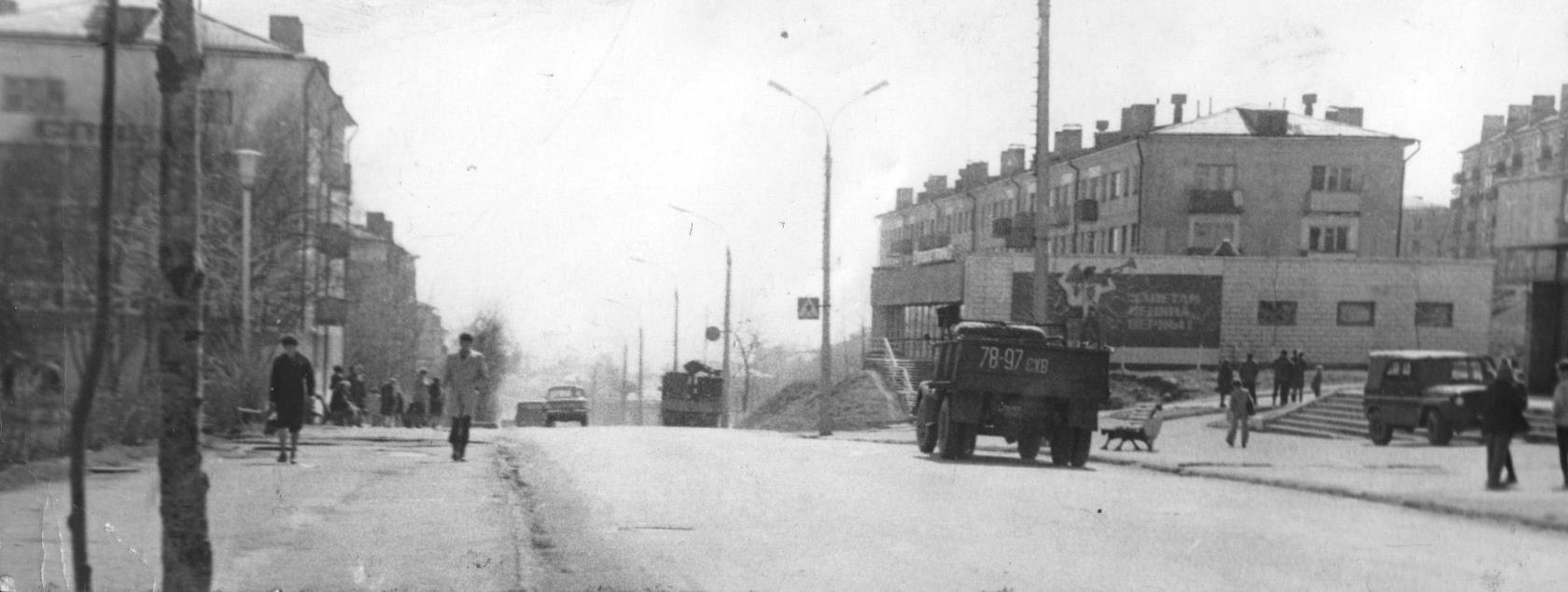 Корсаков, улица Краснофлотская, справа магазин 'Детский мир'