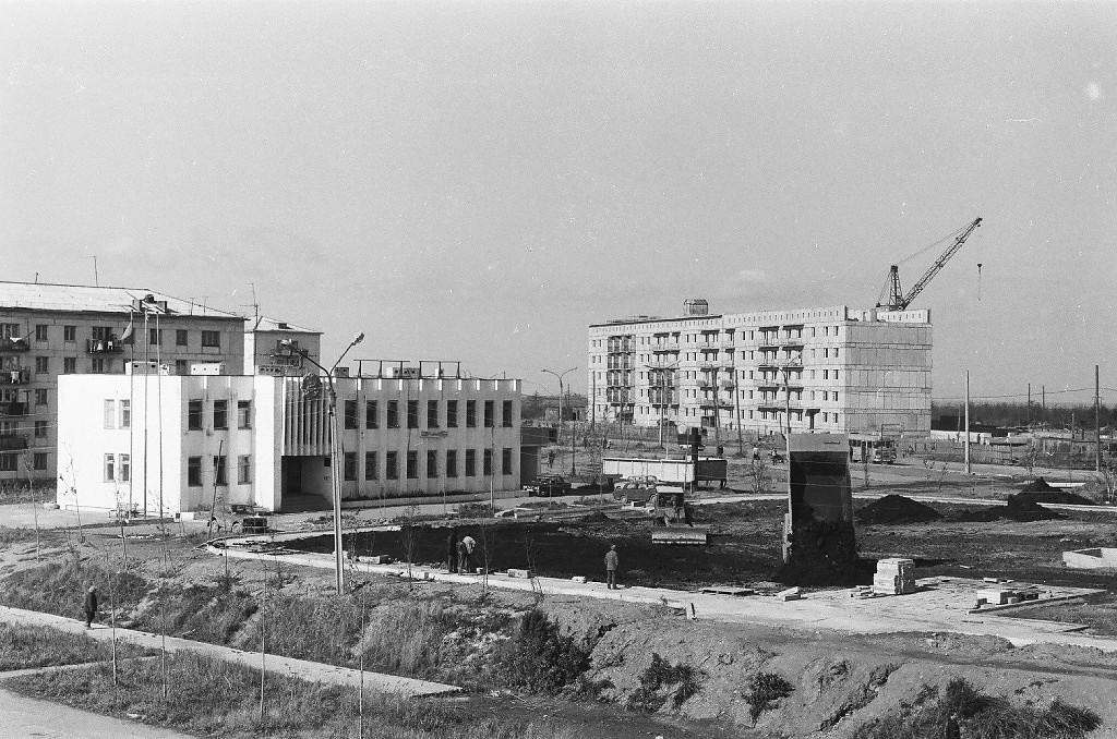 Строительство сквера у здании администрации п. Шахтерск