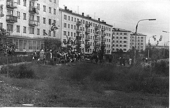 Жилые дома № 4 и 3, по улице Мира. В доме №4 на первом этаже находился Гастроном.