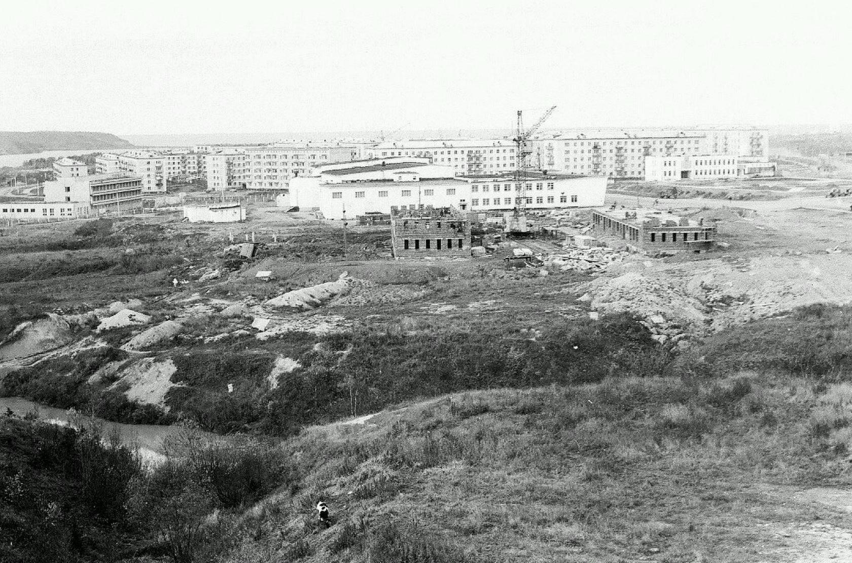 В центре снимка строительство детсада Родничок, далее за ним - Дом культуры и творчества 60 лет Октября