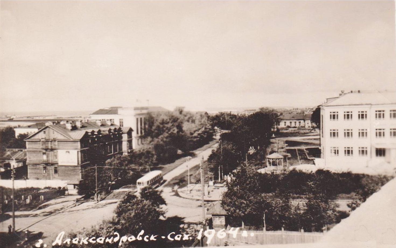 На пересечении улиц Дзержинского и Советской. Справа медучилище, слева дом 'Пятилетки', за ним горисполком