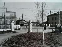 Слева кинотеатр Спутник. Справа ресторан Север. Вдали магазин Хлебобулочная (после в этом здании будет магазин Игрушки, а потом снова Хлеб). Эти белые колонны, с чашами свалили под Белый мост в 1989 году.
