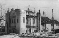 Здание. Слева у обреза виден торцевой фасад гостиницы