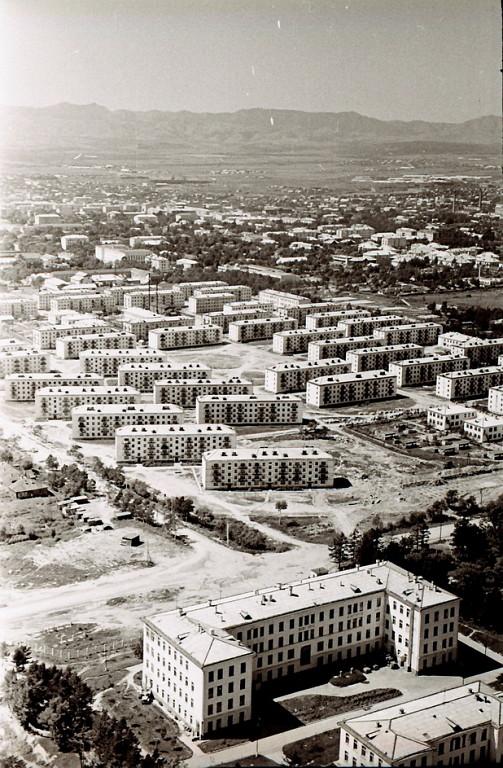 Панорама центрального района г. Южно-Сахалинска. Серия фотографий. Городская больница. На заднем плане строящийся микрорайон