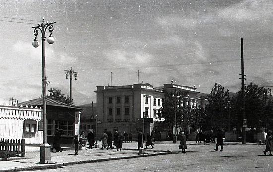 Улица Сталина. Слева здание Сахалинрыбпрома.