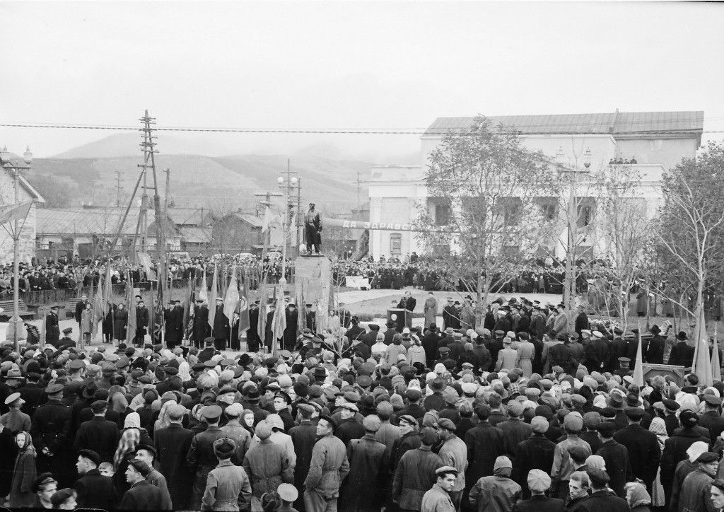 Открытие памятника Ленину. На заднем фоне старое здание театра. г. Южно-Сахалинск.