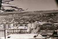 Фото сделано с крыши здания мореходной школы. В центре справа виднеется старое здание, в котором находился горисполком г. Корсакова. Во времена Карафуто это было мэрия Одомари.