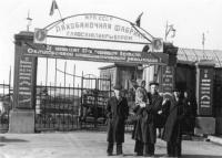 Группа работников Лакобаночной фабрики у проходной. г. Холмск