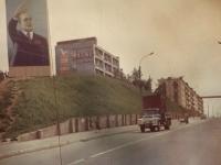 Улица Победы, слева гостиница Чайка. На фасаде часы. г. Холмск