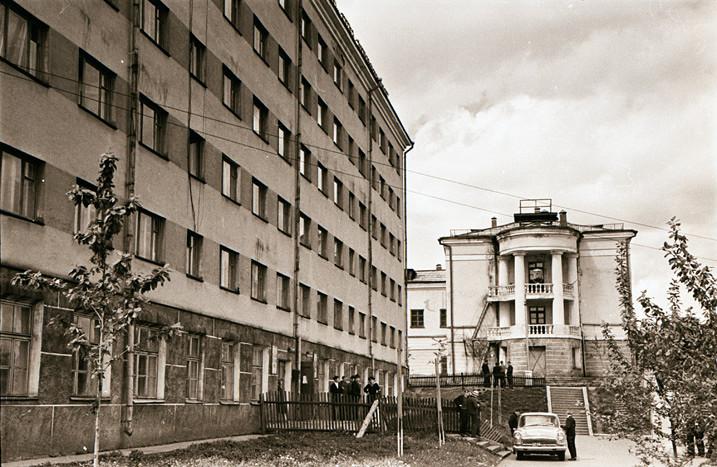 Слева здание общежития, прямо здание мореходной школы г. Корсаков