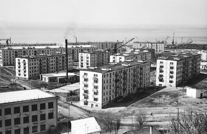 Вид на город Холмск, жилые дома по улице Комсомольской, слева видная часть здания школы №1, дом №9 еще не построен, только заложен фундамент.
