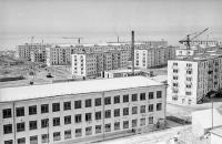 Здание школы №1 на фоне жилых домов по улице Комсомольской г. Холмск