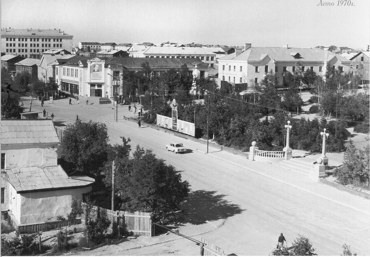 Первый магазин и площадь Ленина (ныне площадь Нефтяников)