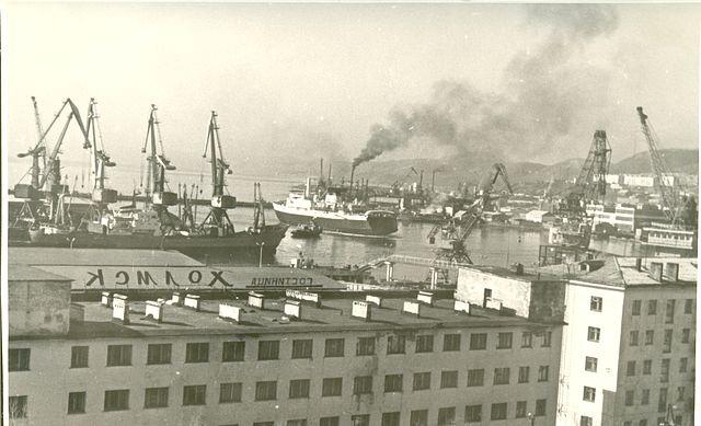 Вид на порт города Холмск, на переднем плане здание гостиницы 'Холмск'