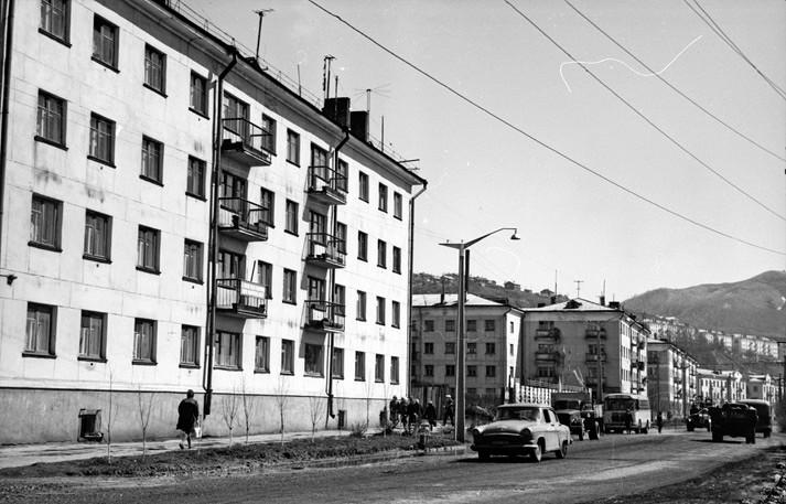 Улица Советская, слева жилой дом №112, следующий №108