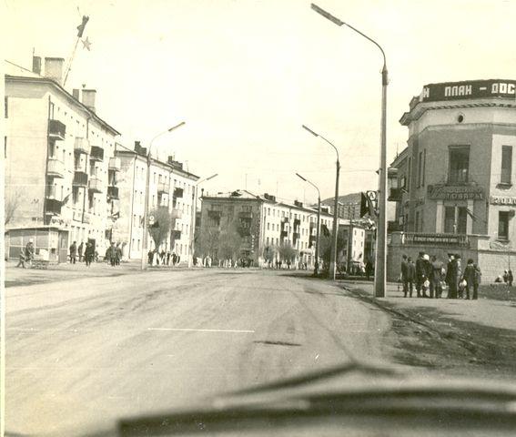 Улица Советская, справа здание Универмага г. Холмск