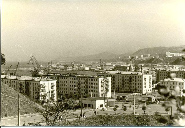 Вид на город Холмск, по центру ресторан Уют и жилые дома №6 и 5 по улице Морской