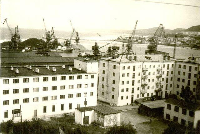 Вид на порт Холмска, на переднем плане гостиница 'Холмск'